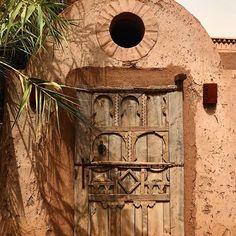 Your intuition will lead the way, you don't need to ask for directions (à Morocco) Entrance Doors, Doorway, Old Doors, Windows And Doors, Distressed Doors, Moroccan Interiors, Berber, Door Gate, Rustic Doors