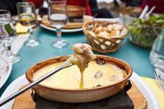 ***¿Cómo corregir una fondue de queso demasiado líquida o espesa?*** Las fondues son una excelente manera de compartir alimentos de manera informal y divertida...SIGUE LEYENDO EN.... http://comohacerpara.com/corregir-una-fondue-de-queso-demasiado-liquida-o-espesa_2198c.html