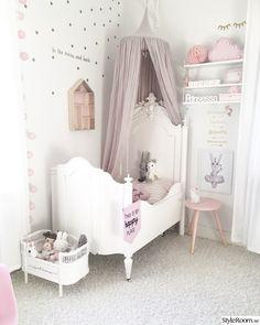 Nya lägenheten. Nya detaljer i dotterns rum, fler bilder fylls på med tiden. . . . . .