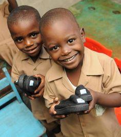 제3세계 아이들에게 기부되는 탐스슈즈