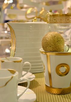 Bernardaud - Gold and white, Blanc et or #bernardaud #porcelaine #tablesetting #tablescape