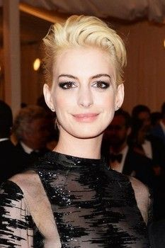 Anne Hathaway blonde bombshell, actress debuts new hair color at Met Gala