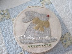 Kathleen Wall posted her lovely wool applique bunny on her blog Woolkeeper ~ April 2017.