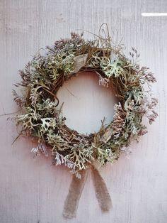 Couronne de Noël Wreaths For Front Door, Door Wreaths, Grapevine Wreath, Flower Decorations, Dried Flowers, Grape Vines, Flower Arrangements, Garland, Christmas Wreaths