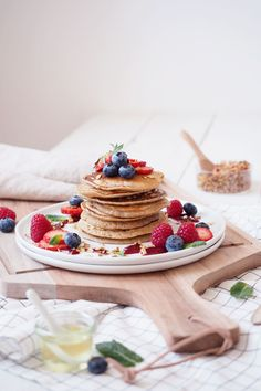 Vegan pancakes with blueberry sauce, cereal brunch and fresh berries - scones & berries - Trendswoman Fruit Recipes, Sweet Recipes, Whole Food Recipes, Vegan Protein Bars, Pancakes And Waffles, Aesthetic Food, International Recipes, Food Dishes, Sweet Tooth