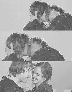 Hermione & Ron. Amos está pareja, JK Rowling, mostró lo justo y lo necesario como para complacernos a todos y no convertir la película en una novela de amor. Me encantaaaa❤❤❤