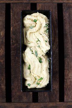 Dieses Knoblauch-Käse-Zupfbrot ist einfach und unglaublich lecker. Mit Knoblauchbutter, Basilikum und extra viel Käse! - Kochkarussell.com