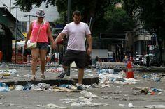 Jornal do Brasil - Rio - Carnaval: garis em greve fazem novo protesto e lixo se acumula nas ruas