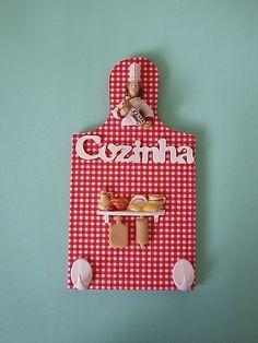 Tábua de carne em madeira revestida com tecido e apliques em miniatura para enfeite de cozinha ou porta chaves ou porta pano de prato.