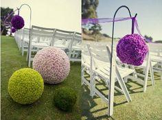 On pique tout simplement des fleurs artificielles coupées dans des boules de polystyrène. On forme une ligne droite tout simplement en piquant des fleurs de la couleur de notre choix. une fois la p...