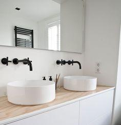 Zwarte kranen geven een warm een luxueus gevoel in je badkamer. Het is een mooi contrast met wit sanitair. Je hebt tegenwoordig zo veel keus in kranen