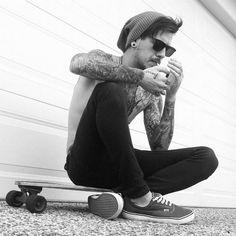patinar inconformista humo caliente Modelo indie Grunge tatuaje hombre chico del monopatín