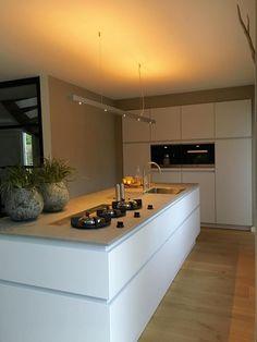 Referentie Wildhagen   Leicht keuken in de kleur Merino met keramiek blad (kleur Krypton). Pitt Cooking gaspitten in het aanrechtblad en downdraft afzuigsysteem.