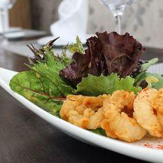 A la hora de almorzar o cenar la combinación perfecta entre un sabor exquisito en el ambiente pensado para el disfrute en @aguacerorestaurante -  Un plato bien equilibrado tal como un poema al desarrollo de la vida. Te presentamos una Ensalada Mediterránea con cremoso de berenjena mix de lechuga aros de calamar acompañado de un aderezo de parchita. Disfruta de este y muchos otros platos en #Aguacero #H2otel by @ldhoteles #PlayaElAgua - #regrann