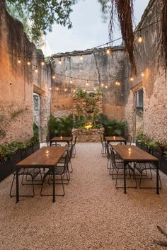 Colonial House Recovery on 64th Street,© Pim Schalkwijk. Outdoor courtyard dining setting