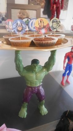 Support à gâteaux hulk Superman Birthday, Avengers Birthday, Superhero Birthday Party, Boy Birthday, Super Hero Birthday, Hulk Birthday Cakes, Hulk Party, Avenger Party, Costume Birthday Parties