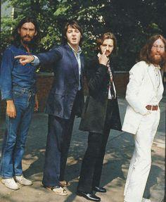 Rare Behind The Scenes Photos From The Abbey Road Cover Shoot! George Harrison, Paul McCartney, Ringo Starr and John Lennon. Abbey Road, Ringo Starr, George Harrison, Paul Mccartney, John Lennon, Rare Historical Photos, Rare Photos, Iconic Photos, Funny Photos