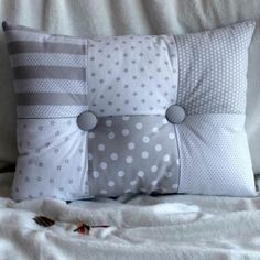 Cojín cuna Patch Botones Bow Pillows, Cute Pillows, Sewing Pillows, Patchwork Cushion, Quilted Pillow, Diy Cushion, Cushion Covers, Rideaux Shabby Chic, Pillow Crafts