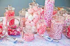 Bonbonnières roses pour un candy bar girly. Plein de conseils et d'astuces par ici!