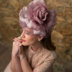 Tocados Julieta and Co. en Elche Crown Headband, Diy Headband, Headbands, Facinator Hats, Fascinators, Headpieces, Sombreros Fascinator, Mother Of The Bride Hats, Night Wedding Photos