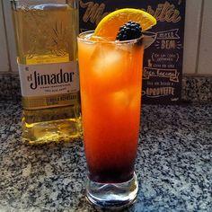 Tequila sunset. Releitura do famoso tequila sunrise com tequila  suco de laranja e pure de amoras  para curtir o carnaval  Foto @jessibento  #tequila #tequilasunrise #drinks #bebidaliberada