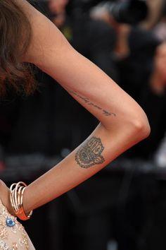 "Le tatouage ""You owe it to yourself to set the world on fire…"" sur le bras de Jourdan Dunn"