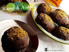 Le Rame di Napoli sono dei biscotti molto soffici al cioccolato, dal cuore morbido al cacao oppure alla marmellata di arance o albicocche, ricoperti da una glassa di cioccolato fondente e...