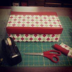 Caixa de sapato forrada com papel de presente