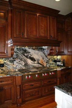 Beautiful And DRAMATIC Granite Backsplash. (www.moderndesigncabinetry.com)