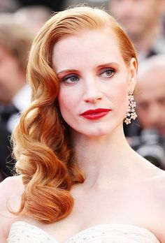 Jessica Chastain is an american actress. She discovered dance at the age of nine and was in a dance troupe by age thirteen. Jessica Chastain begins to play Celebrity Wedding Hair, Wedding Hair And Makeup, Celebrity Weddings, Hair Wedding, Wedding Dresses, Jessica Chastain, Jessica Biel, Old Hollywood Hair, Hollywood Glamour