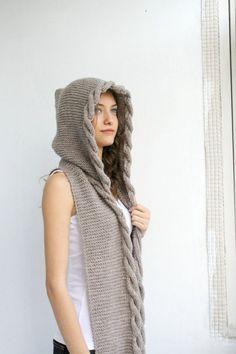 Hand-stricken milchig brauner Wolle Kapuzen-Schal / verkabelt