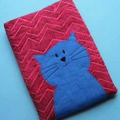 Keep your iPad safe in style with this Zig Zag DIY iPad Cover. Using easy quilting techniques, this lovely little cover is padded, making it extra safe for your precious tablet. Cat Quilt Patterns, Sewing Patterns, Easy Patterns, Teddy Bear Patterns Free, Anni Downs, Cat Applique, Tablet Cover, Laptop Covers, Easy Quilts