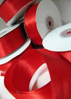 Pour mettre en valeur toutes nos compositions de Saint Valentin nous utilisons le ruban en satin rouge