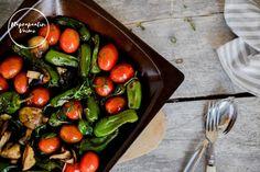 Grillatut padron paprikat herkkusienien ja kirsikkatomaattien kera Stuffed Peppers, Vegetables, Blog, Recipes, Stuffed Pepper, Recipies, Vegetable Recipes, Blogging, Ripped Recipes