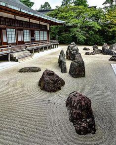 高野山、金剛峯寺の蟠竜庭。雲海に浮かぶドラゴンを表現しているそう。  Banryutei Rock Garden in Kongobuji temple represent a pair of dragon emerging from a sea of clouds.  #koyasan #koyasantemple #koyasan1200th #mountkoya #japan #temple #kongobuji #worldheritagesite #japantravel #travelphotography #traveljapan #nikon #nikond810 #nikonphotography #japanesegarden #garden #高野山 #高野山開創1200年 #和歌山 #日本 #金剛峯寺 #蟠竜庭