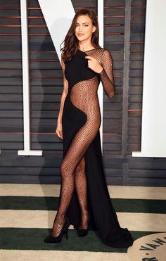 Самые обсуждаемые наряды знаменитостей ИРИНА ШЕЙК Супермодель в прозрачном платье Atelier Versace на вечеринке 2015 Vanity Fair Oscar Party.