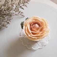 3D flower buttercream cupcake