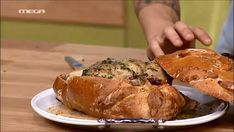 Κοτόπουλο σε ζύμη ψωμιού και σάλτσα βουτύρου  | MEGA TV ΚΑΝ' ΤΟ ΟΠΩΣ Ο ΑΚΗΣ Waffle Sandwich, Good Food, Yummy Food, Crepes, Burgers, New Recipes, Donuts, Foodies, Waffles