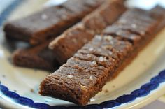 Lækre, sprøde, knasende, søde, julede, sukrede.....chokoladesnitter med farin og perlesukker. Det er den SØDE juletid vi går i møde og julekagebagesæsonen blev i Bagenørdens køkken skudt igang med en portion lækre chokoladesnitter: Chokoladesnitter er: rasende hurtige at bage knasende sprøde at spise. genvej til popularitet både