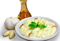 Crema de usturoi este cel mai bun si mai aromat sos cu usturoi pe care l-ai intalnit. Merge de minune cu friptura, peste, legume, dar se potriveste bine si in mancarurile de legume sau salate. Aroma usturoiului, preparat dupa aceasta reteta de crema de usturoi se indulceste, iar iuteala scade. Poti face cantitati mai Vegetarian Recipes, Cooking Recipes, Romanian Food, Food To Make, Side Dishes, Good Food, Food And Drink, Mousse, Favorite Recipes