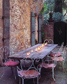 I just love the romance and color of this table and chairs. I could see the same theme indoors.