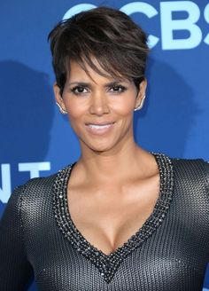 If the elixir of life actually exists, then we're convinced that Halle Berry has found it (or maybe it's just all the bone broth she drinks). At Halle is Pelo Halle Berry, Halle Berry Sexy, Halle Berry Short Hair, Halle Berry Haircut, Halle Berry Pixie, Halle Berry Hairstyles, Celebrity Hairstyles, Hairstyles Haircuts, Pixie Haircuts