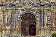 Talaveresco…+-+La+fachada+del+Templo+de+San+Francisco+en+Acatepec,+Puebla,+está+cubierta+con+piezas+de+cerámica+utilizando+principalmente+loza+de+talavera...