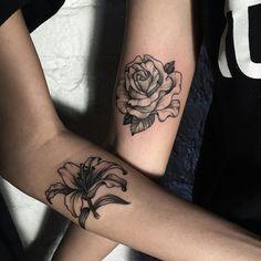 tatouage-rose-fleur-lys-avant-bras-femme