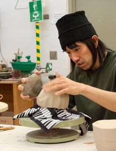 Inayoshi using a rock to form the tea bowl