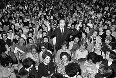 """Les plus belles photos des  Match - 1967 - L'acteur français Michel Piccoli tout seul au milieu de dizaines de spectatrices, à la première du film """"Qui a peur de Virginia Wolf"""" de Mike Nichols. Photo : Jean Claude Deutsch / Paris Match"""