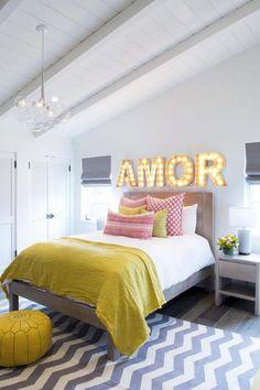 A pegada industrial é tendência em decoração há um bom tempo e, junto com o retrô, o resultado pode ser bem legal. Embarcando nessa trend, aprenda a fazer letras iluminadas para a decor da sua casa.