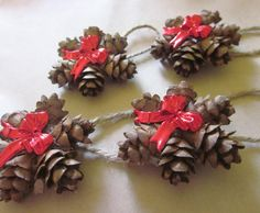 Mini Pine Cone Ornament Wreath with a Red Bow, Country Christmas Gift Topper, Natural Primitive Holiday Decor, Hemlock Hanging Mini Tannenzapfen Ornament Kranz mit roter Schleife Country Christmas Pine Cones, Noel Christmas, Rustic Christmas, Simple Christmas, Primitive Christmas, Primitive Snowmen, Country Christmas Crafts, Wooden Snowmen, Christmas Porch