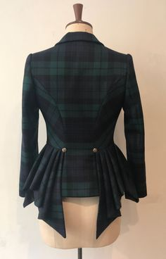 This is a dramatic and flattering jacket that can be worn as part of a suit with the tartan bias skirt or paired with jeans and boots. The sides. Jupe Swing, Beautiful Outfits, Cool Outfits, Tartan Fashion, Vintage Outfits, Vintage Fashion, Mode Vintage, Trench Coats, Costume Design