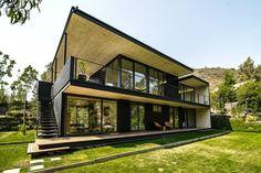 flachdachhaus zweigeschossig-schwarz metall-außenverkleidung außentreppe